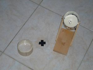 Cilindro frontale, disco trasparente, interno della lampada. Notare il cartone per reggere i led all'interno della lampada