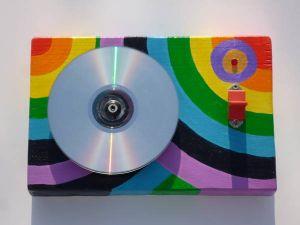 Una versione colorata del disco disegna colori, con led, interruttore e base di legno riciclato