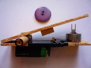La Spara Bottoni, aperta. Notare l'effetto leva a sinistra e  l'interruttore al centro